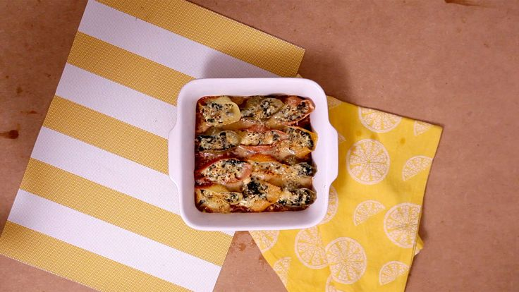 Conchas recheadas com queijo e espinafre.