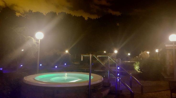 De hottubs waarin het water bubbelt met een aangename temperatuur van 38°C bevinden zich in de mediterrane buitentuin. Deze baden zijn perfect om, bijvoorbeeld na het dompelbad, het lichaam weer op te warmen.