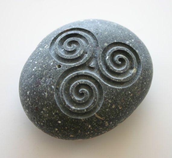 A espiral tripla é um sinal do poder da Deusa em sua tripla manifestação.