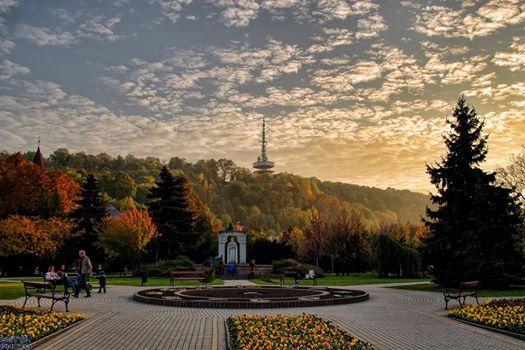 Miskolc - Szent István tér, háttérben az Avasi kilátó - Hungary. Fotó: Serfőző Péter