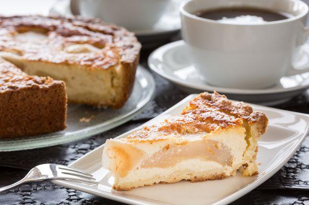 Preparate la pasta frolla lavorando velocemente lo zucchero, il burro morbido, 1 uovo, 270g di farina e la buccia di ½ arancia grattugiata. Impastate tutt