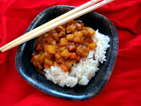 japansk karryret, karē, karry, asiatisk, gulerødder, kartofler, løg, ketchup, Worchestersauce, sirup, soya, svinekød