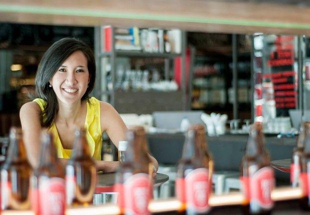 A beer sommelier Carol Oda comanda a degustação de cervejas na ICI Brasserie (Foto: Divulgação)
