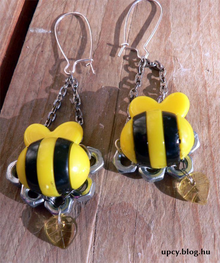 One and only earring from and old bee toy. Was given to a charity project.  Teljesen egyedi fülbevaló két műanyag játék méhecskéből. a Kössünk Össze jótékonysági vásárra készült.