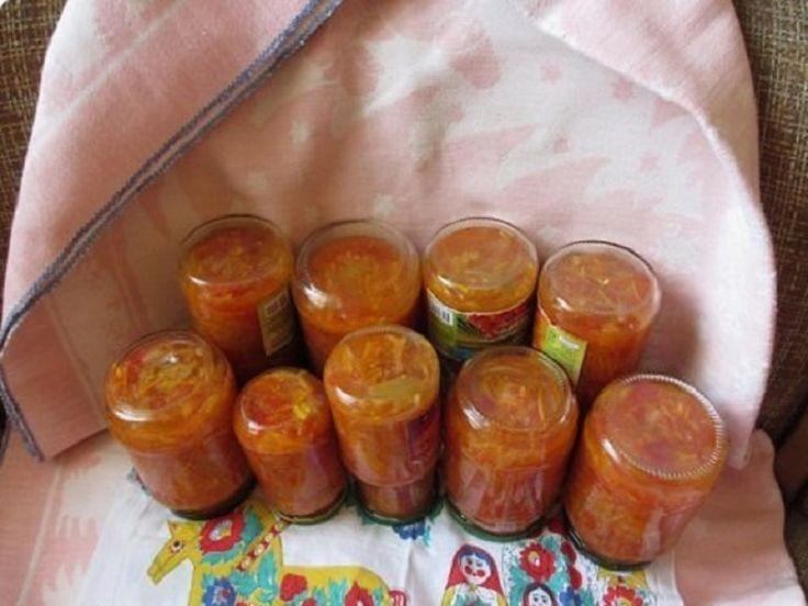 Astăzi vreau să vă povestesc o rețetă unică de zarzavat! Am obținut-o de la mama prietenei mele, o pregătesc în fiecare an! INGREDIENTE: 3 kg de roșii; un kg de morcovi; un kg de ceapă; un kg de ardei grași; 300 g de ulei; 100 g de sare; 300 g de zahăr; 200 g de oțet 9%. MOD DE PREPARARE: 1. Pregătiți toate ingredientele necesare. 2. Spălați și curățați legumele. 3.Dați morcovul prin răzătoare. Tocați ceapa și ardeii cu cuțitul. Dacă aveți posibilitatea, le puteți mărunți cu ajutorul unui…