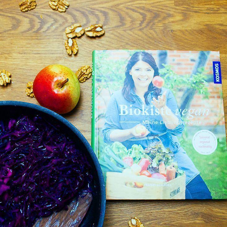 Und soooo sieht Franzis tolles Buch aus   http://ift.tt/2n99fxo #fraubpunkt #vegan #rezension #gemueseregal #kosmos #salat #salad #cabbage #blaukraut #blogger #nomnom #yummy #pin #sweet #ichliebefoodblogs #ich.liebe.foodblogs #recipe #rezept #rezeptebuchcom #feedfeed #thefeedfeed #hautecuisine #food #foodblogger #foodphotography #nomnom #foodpics #foodie #instagood #instafood #buzzfeast @gemueseregal