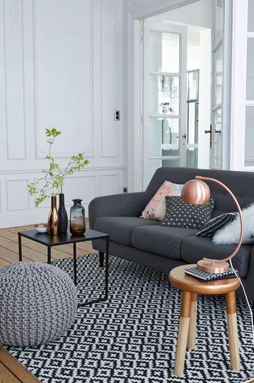 Nouveautés La Redoute Intérieurs : Tapis graphique et ambiance en nuances de gris dans le salon. Plus de photos sur Côté Maison http://petitlien.fr/8440