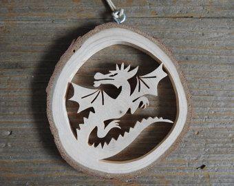 Symbolisant la paix, cet ornement belle délicatement, finement coupé dispose d'une colombe portant un rameau d'Olivier.  Une tranche de bois provenant de la branche d'un arbre de cèdre est la base pour cet ornement unique. La colombe a été coupée à la main, à l'aide d'une scie à chantourner.  L'écorce est laissée sur le bois et le bois est non fini pour un look très naturel.  L'ornement est environ 3 3/8 pouces (8,6 cm) de diamètre et 3/8 pouce (10 mm) d'épaisseur. Il est suspendu à...
