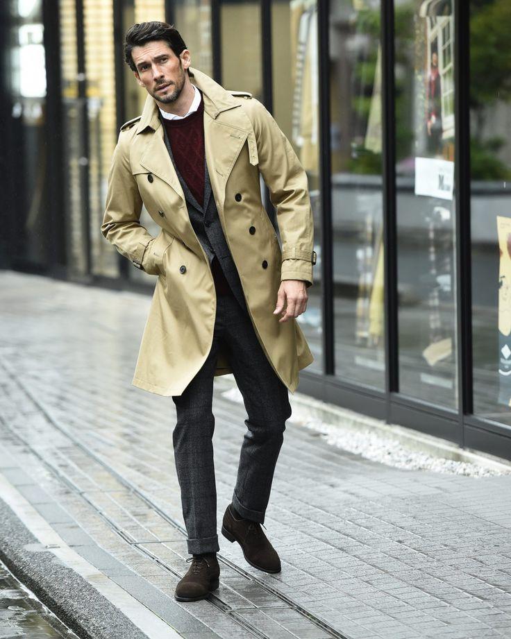 秋冬の着こなしの印象を決定付けると言っても過言ではないコート。せっかく買うならシーズンに適した防寒性はもちろんのこと、デザインにもこだわりたいものだ。今回は、リアルな価格帯で優れたウェアを展開するUNIVERSAL LANGUAGEの注目アイテムを旬なコーディネートと共に紹介! 色気と貫禄を演出、ピークドラペルのチェスターコート×ジャケパンスタイル チェスターコートは世代やファッションスタイルを問わず定番品。ピークドラペルが採用されたコートなら、シャープでドレッシーな雰囲気で周囲に差をつけられるはず。今回ピックアップしたユニバーサルランゲージのコートなら、膝上丈に設定されているため威圧感を与える心配も無用。タブカラーシャツにクラブタイ、サイドアジャスター仕様のツープリーツパンツといった英国クラシックの象徴ともいえる装いにもよく馴染む。 ユニバーサルランゲージのコート 5万9000円 商品詳細はこちら ユニバーサルランゲージのジャケット 3万9000円 商品詳細はこちら ユニバーサルランゲージのシャツ 7800円 商品詳細はこちら ユニバーサルランゲージのネクタイ 5800円…