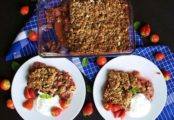 Jordbær/rabarber crumble uden smør, mel og sukker
