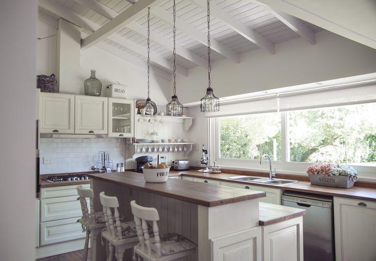 Una cocina con aire de campo est compuesta por muebles for Disenos de cocinas en cuba