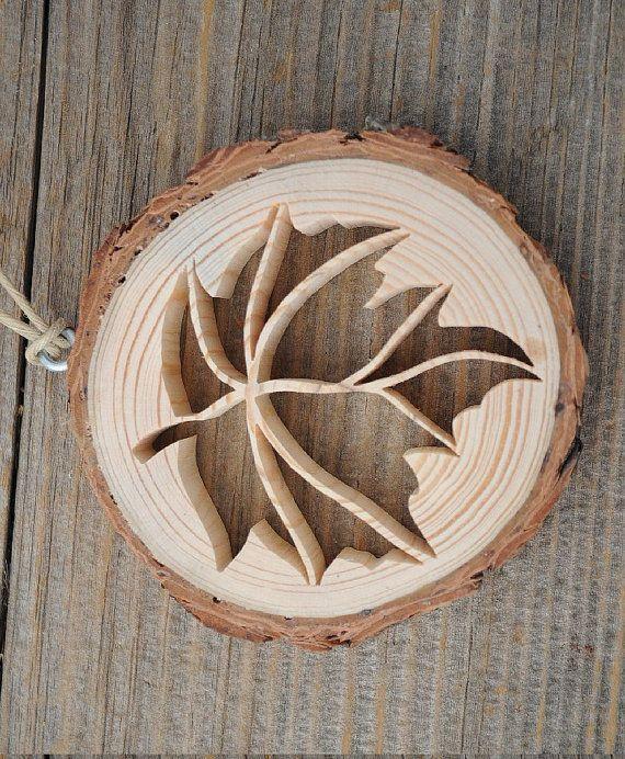 Ornement de feuilles de bois rustique  Lornement en bois rustique dépeint une découpe ouvert, dentelle dune feuille.  Une tranche de bois provenant de la branche dun pin est la base pour cette décoration originale. Limage complexe a été coupé à la main, à laide dune scie à chantourner. Lécorce est laissé sur le bois et le bois est inachevé pour un look très naturel.  Lornement est environ 3 pouces (7,6 cm) de diamètre. Cest un peu moins 1/2 pouce (13 mm) dépaisseur. Lornement est suspendu…