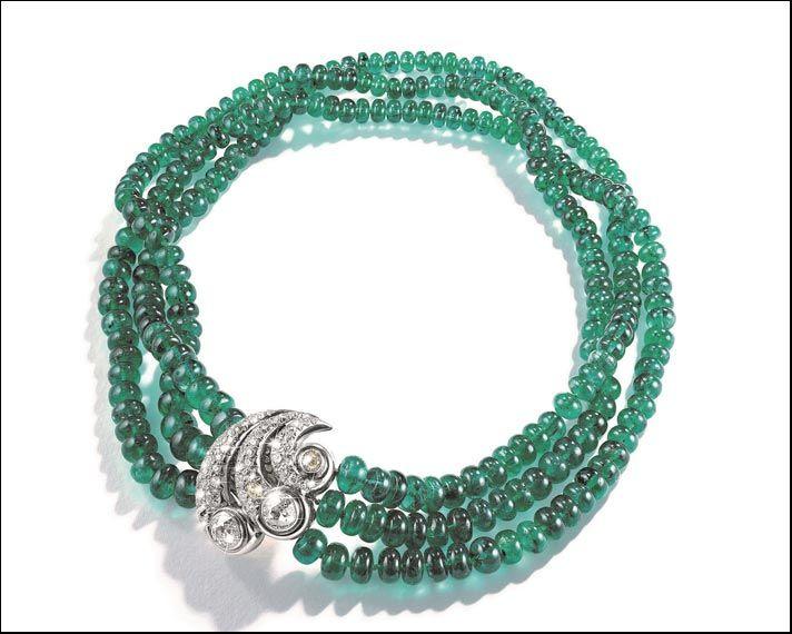 Collana con perle di smeraldi e chiusura composta da due spille d'epoca con diamanti staccabili.