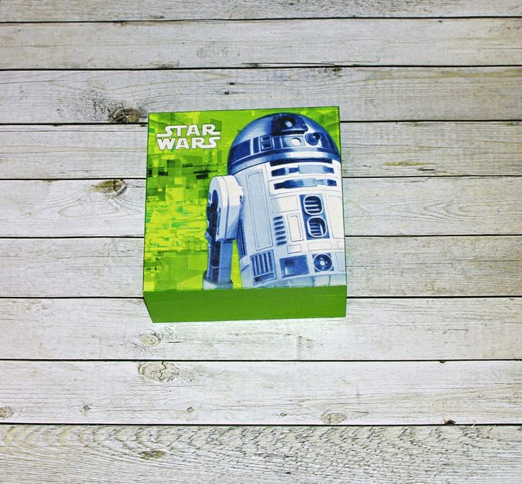 Star+wars+R2-D2+Dřevěná+krabička+o+rozměrech+cca+16x16+cm+a+výšce+7+cm.+Krabička+je+natřena+akrylovými+barvami+a+ozdobená+technikou+decoupage.+Následně+přetřena+lakem+s+atestem+na+hračky,+uvnitř+nechána+přírodní.
