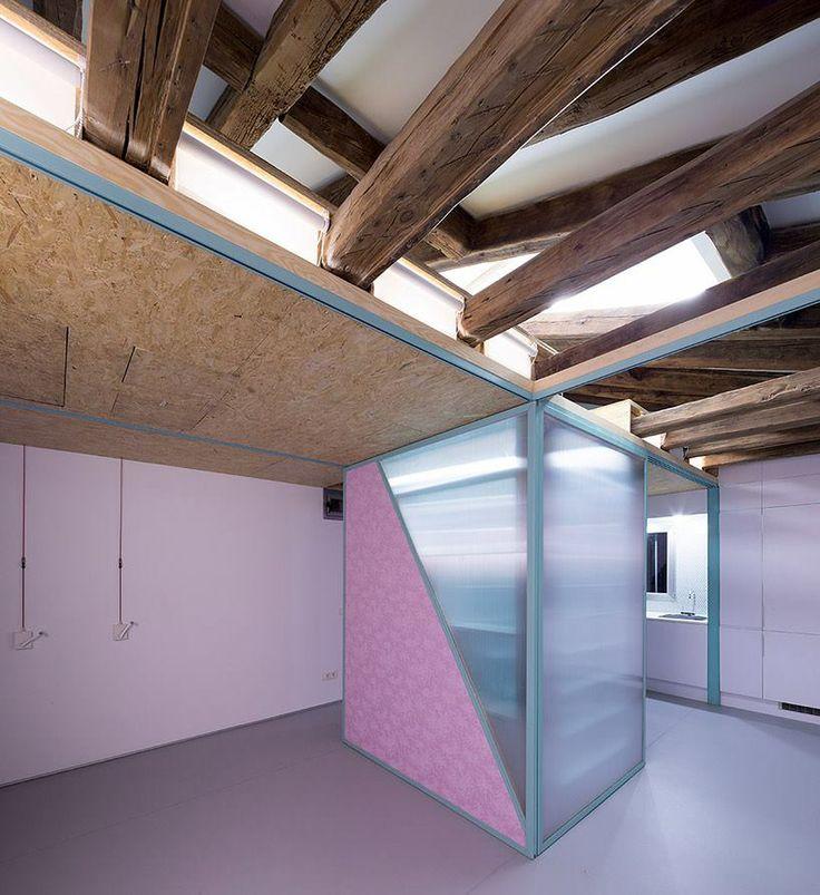 Posuvné růžové příčky umožňují rozdělit hlavní prostor na několik menších místností. a: Elii Architects www.elii.es f a v: Miguel de Guzmán