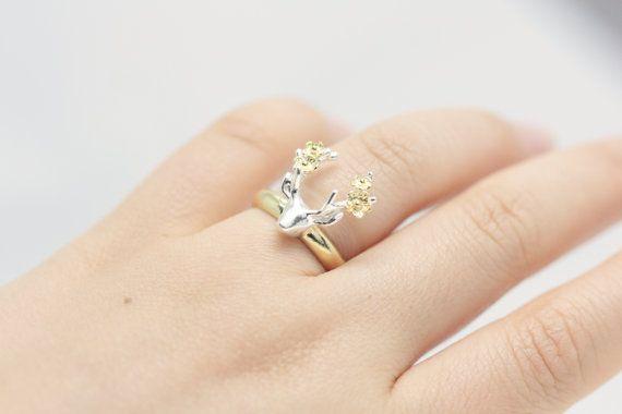 Voor een glam en een romantische look, zal deze schattige sterling zilver gouden herten bloem ring een maatregel van passie toevoegen aan wat je draagt. Kwaliteit vakmanschap en alleen de beste materialen maakt deze sterling zilver ring een uniek stukje van draagbare kunst. Het is al aangepaste handgemaakt in fijne ambachtelijke detail en functies een betoverende ontwerp dat bootst beetje goud bloemen zitten op de herten gewei. Deze ring is vervaardigd om te duren en zal alleen maar beter…