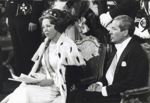 Troonsbestijging Beatrix / troonswisseling Nederland, Amsterdam, 30 april 1980. Inhuldigingsplechtigheid in de Nieuwe Kerk: koningin Beatrix tijdens haar inaugurele rede. Naast haar prins Claus.