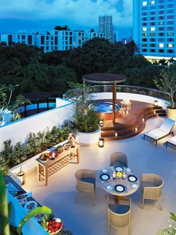 OopsnewsHotels - Shangri La Hotel Singapore. Shangri La Hotel Singapore offers 5-star accommodation, as well as outdoor tennis courts, a swimming pool and a Jacuzzi. It is located a 25-minute drive from Changi Airport and an airport transfer is provided for those staying at the property.