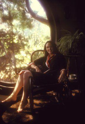 Оливия Хасси в кресле