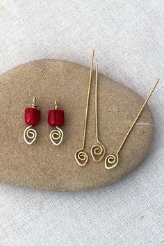 Easy to make decorative spiral headpins - free wire jewelry tutorial #jewelrymakingwire #wirejewelry