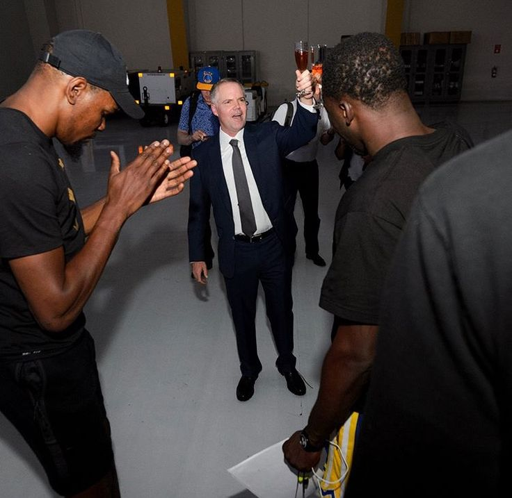 #GoldenStateWarriors head to Vegas to celebrate 2017 NBA championship on Thursday June 15. Team owners Joe Lacob and Peter Guber boarded one of MGM Resorts' private jets along with #KevinDurant, #DraymondGreen, #KlayThompson, #AndreIguodala and other Golden State players and flew to Las Vegas.