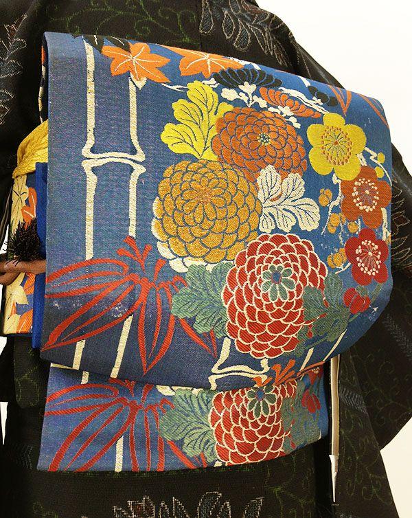 アンティークレトロな正絹名古屋帯です。 少しの銀糸を織り込んだ紺の地色のお品です。 竹の中に、梅や菊、紅葉の葉などを大きく大胆に描いた柄ゆき。 ぽわっとした厚手の芯が入ったお品です。 ※出品は帯のみになります。 ◆サイズ 338cm ◆状態 全体的にヤケ変色、太鼓脇、前、胴回りなど。少し生地が薄くなっている箇所があります。 多少の汚れ等、リサイクル、アンティーク品としてご了承くださいませ。 ◆お支払い方法 三井住友銀行 かんたん決済 ◆発送方法・送料 ヤフネコ(ヤマト運輸宅急便) 神奈川県横浜市からの発送と