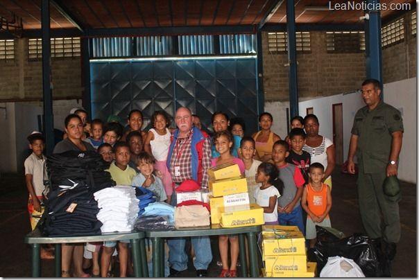 Presidente del INEA otorga uniformes y tiles escolares a dignificados - http://www.leanoticias.com/2012/09/20/presidente-del-inea-otorga-uniformes-y-tiles-escolares-a-dignificados/