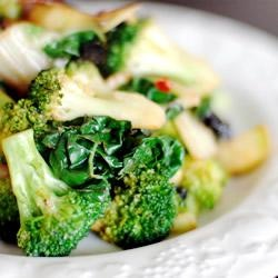 Stir-Fried Kale and Broccoli    2 tablespoons extra virgin olive oil  7 cloves garlic, sliced  1 red chilli, chopped (optional)  1 head fresh broccoli, chopped  1 bunch kale or cavolo nero, stems removed and chopped  2 sun-dried tomatoes, cut in thin strips  juice of 2 limes  salt