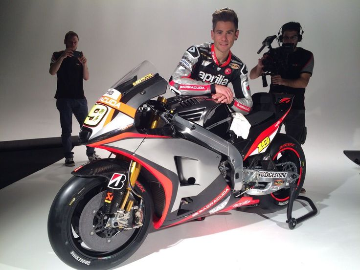 Looks like Alvaro Bautista​ takes care of polishing his motorbike​ himself during the official photo shoot of the GresiniRacing​ team presentation.