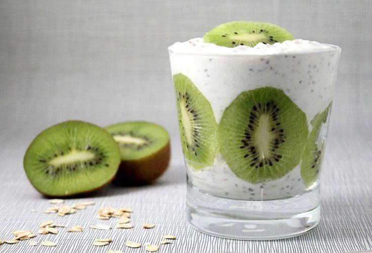 Overnight Oats mit Kiwi: 4 EL kernige Haferflocken (40 g) + 100 ml Milch + 2 EL Magerquark (100 g)+ 1 TL Chiasamen + 1 Kiwi