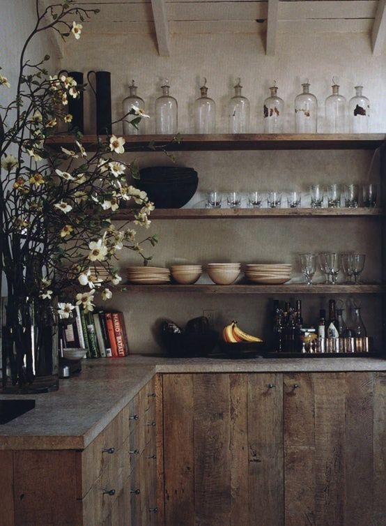 Landelijke keukens, eigentijds ingevuld door gebruik van gerecupereerde materialen. Gebruik van donkere en neutrale tinten, gecombineerd met lichtere kleuren.