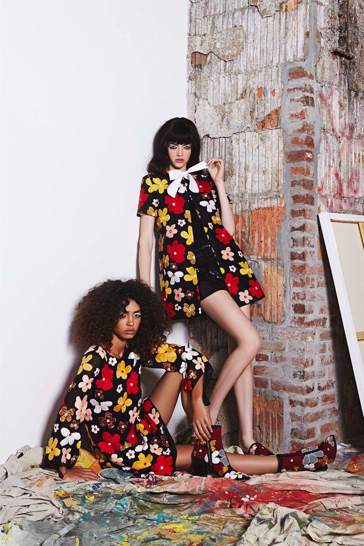 Guarda la sfilata di moda Alice + Olivia a New York e scopri la collezione di abiti e accessori per la stagione Pre-collezioni Primavera Estate 2017.