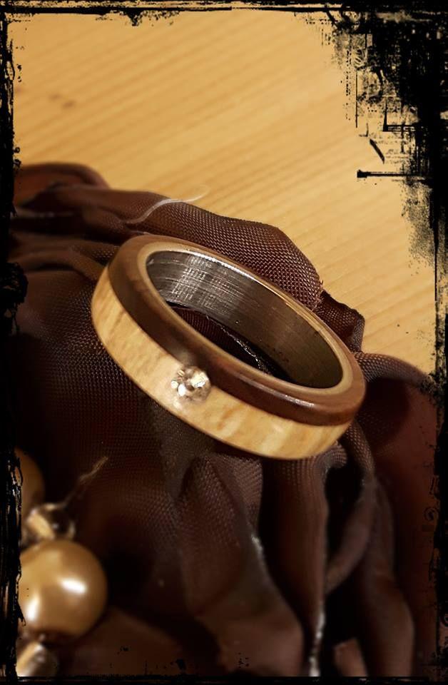 Edelstahlring    einen Wunderschönen Ring hat mein Mann da gefertigt  bin Verliebt !    Gedrechselt aus Palisander und gestockter Buche.  Ringmaß: 18,0 mm  Breite: 5,5 mm  Gesamtdurchmesser: ca. 23,0 mm  der Stein ist ein Chaton Strassstein  Chatons sind konische Strasssteine und haben somit eine Spitze Rückseite. Die konischen Steine sind Goldfolied oder Silberfolied und haben durch ihre Form eine sehr hohe Lichtbrechung.  Preis/Stk. 38,00 Euro zzgl. 2 Euro Versand