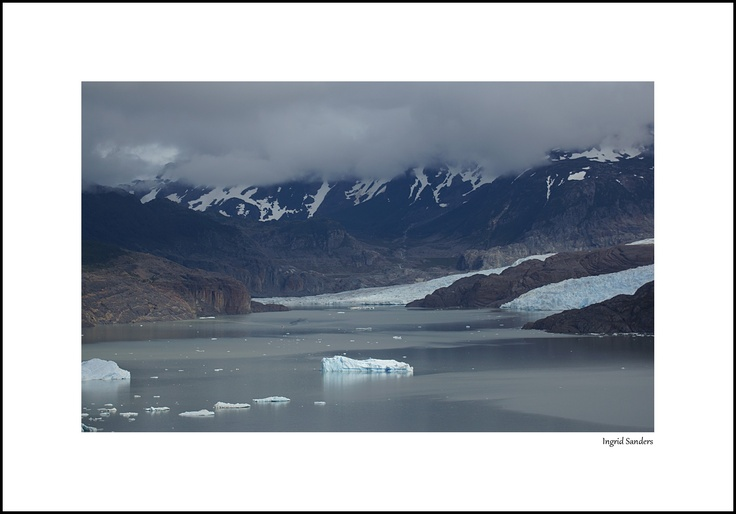 Chili, Torres del Paine, Patagonië: een 5 uur durende pittige wandeling naar de Grey Glacier leverde onderweg dit prachtige gezicht op. Het bootje dat komt aanvaren geeft goed de grootsheid van het gebied weer. Het was flink bewolkt deze dag. Door communitylid Kasangua - NG ReisCommunity ©