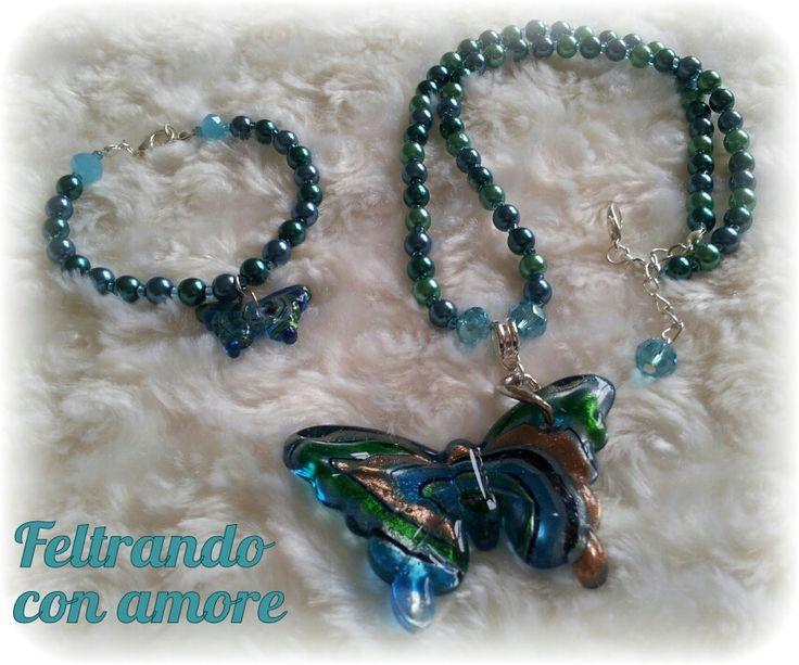 Completo #collana e #braccialetto con #perline sui toni del #verde e del #blu e #pendente a forma di #farfalla in #vetro