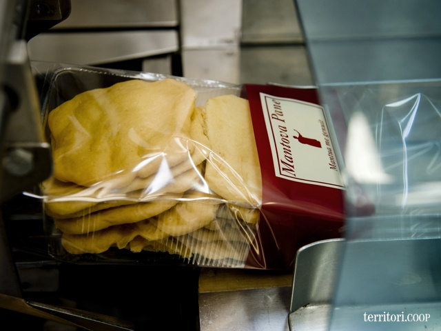 Le schiacciatine di Mantova Pane vengono lasciate raffreddare a temperatura ambiente e inserite a mano in vaschette per alimenti.