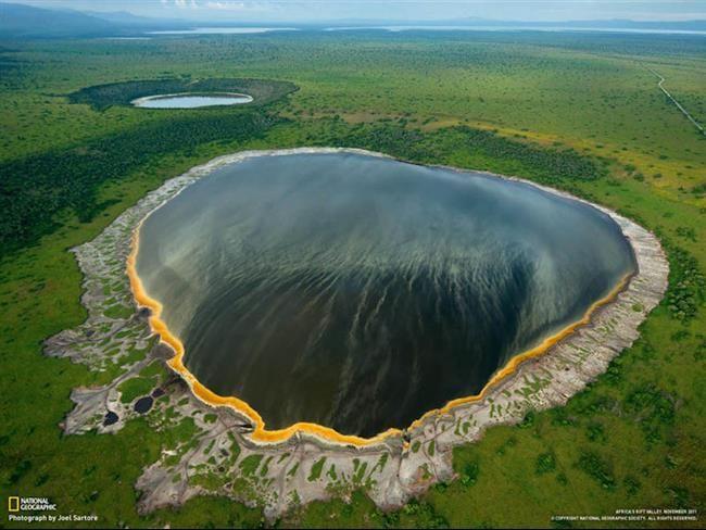 Lago de Cratera Albertine Rift – África / O Lago Albertine na África foi formado por várias explosões vulcânicas, e ao seu redor se encontram as mais altas montanhas da África. Suas águas são mais escuras, tornando-o um pouco diferente dos demais.