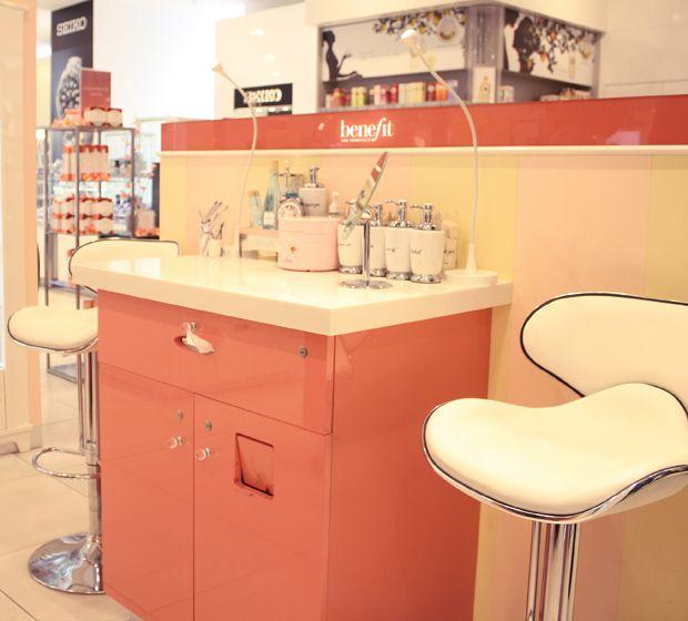 Benefit Brow Bar Antwerpen Waxen, kleuren en knippen, het kan ook met je wenkbrauwen. We lieten ons pincet even voor wat het is en klopten aan bij de Brow