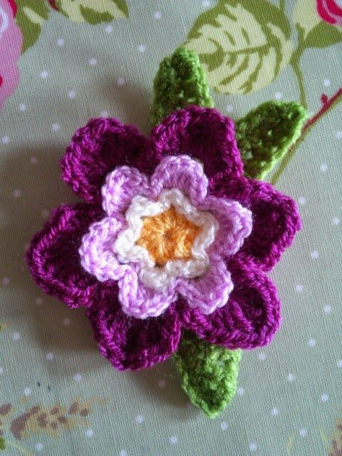 via The House on the Side of the Hill - free flower pattern here: http://rachelandpip.blogspot.gr/2013_02_01_archive.html?m=0