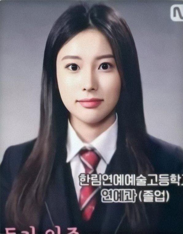 21 Pretty Female K Pop Idols Graduation Photos From 3rd Generation Kpopthing Graduation Photos Idol Pop Idol