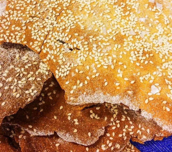 Surdegsknäcke Tobias Andersson från Edsbacka Bistro i Strängnäs bjuder på ett recept med deras populära knäckebröd av surdeg och kornmjöl.