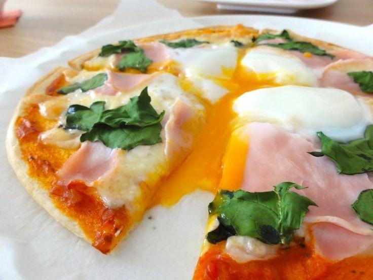 半熟卵とチーズがとろける!「ビスマルクピザ」のレシピや人気のお店をチェック!