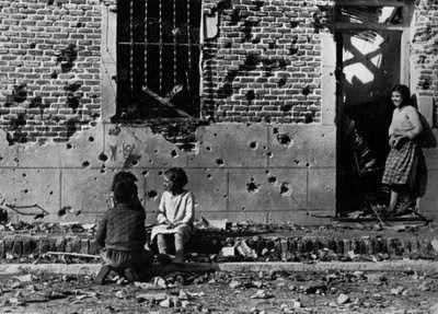 Niños en una calle de Madrid. El 8 de noviembre de 1936 se inicio la Batalla de Madrid, en la que el ejército nacional intento, sin éxito, tomar la capital. Fotografía tomada por Robert Capa a finales de 1936. Guerra Civil Española.Batalla de Madrid