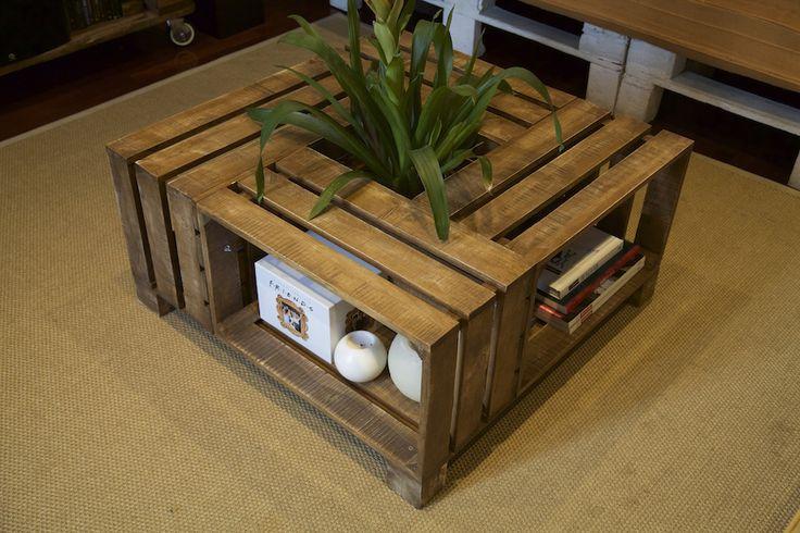 Mesa de cajas de fruta recicladosAncho: 80Largo: 80Alto: 42Se trata de una mesa de cajas de fruta muy bonita que aporta un aire especial a la estancia en la que se coloque. El hueco central que tiene la mesa de cajas de fruta permite colocar un macetero o, por ejemplo, como botellero de vino.La madera usada para esta mesa de cajas de fruta ha sido barnizada con color roble y se le ha aplicado un fino toque de lija para darle un aspecto envejecido. Las cajas de fruta ...