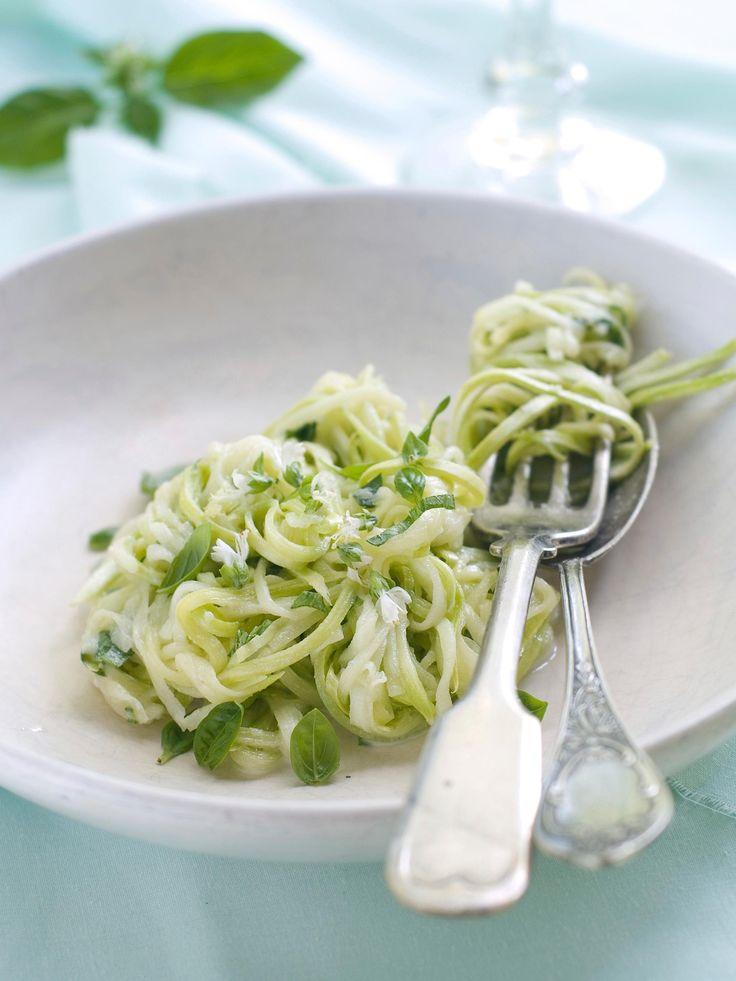 Essayez cette recette rapide et simple de salade de courgettes crues râpées, avec huile d'olive et miel.