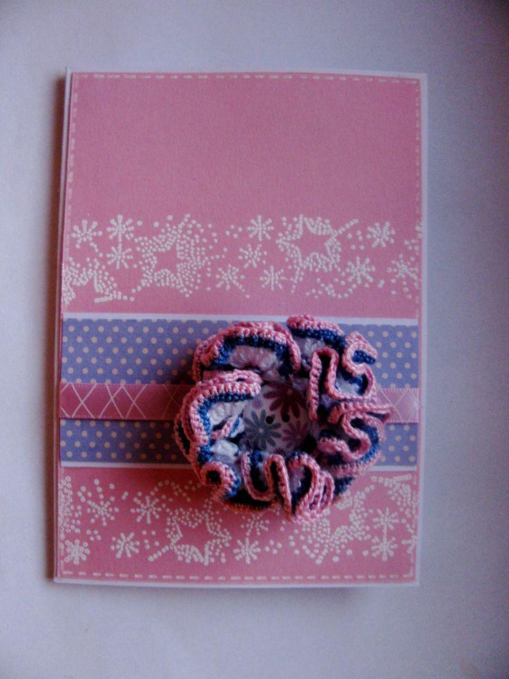 Růžové snění - přání se snímatelnou broží Přáníčko je vytvořeno z barevného embosovaného fotokartonu, zdobeno kvalitním SB papírem, stužkou a háčkovaným květem - broží - zhotoveném z tenkých bavlněných přízí. Květina je opatřena brožovým můstkem.