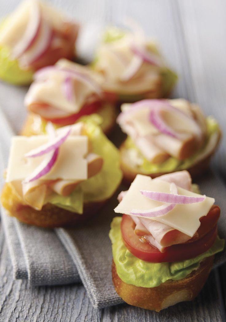 Deli-Estilo Bruschetta - rebanadas de estilo Deli de jamón y pavo echar una apelación corazón a este aperitivo receta bruschetta inspirado - partido listo en tan sólo 10 minutos de tiempo.