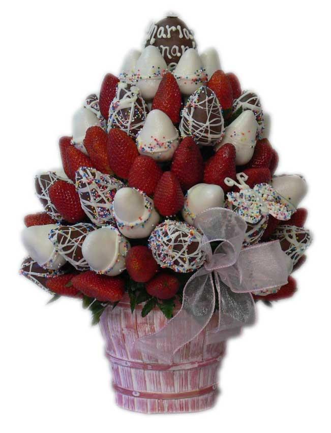 Girly Bouquet    Un Delicioso Bouquet de rojas Fresas Premium combinadas con Fresas cubiertas de chocolate blanco con chispitas de colores y chocolate de leche. Todo esto decorado dentro de una hermosa base de cerámica con un elegante diseño único y personalizado. Deleite y placer.    Aprox. 80 piezas comestibles.    Tamaño: Grande