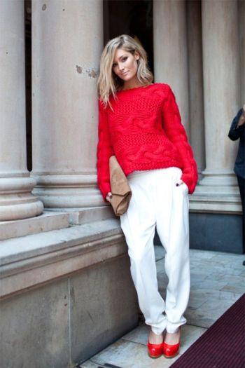 Белые брюки, красный пуловер, клатч-конверт, красные туфли