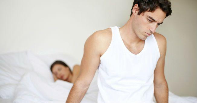 La eyaculación precoz es una disfunción sexual por la que el hombre eyacula antes de lo deseado, debido a que no se modula el reflejo eyaculatorio, es decir, el varón eyacula intempestivamente ante estímulos mínimos, de acuerdo con el sexólogo y psicoterapeuta, David Barrios. El especialista señala que este problema (leve, moderado o severo) se puede controlar a través de dos tipos de terapia: